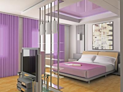Lila gardiner i sovrum