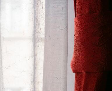 Röda och vita gardiner